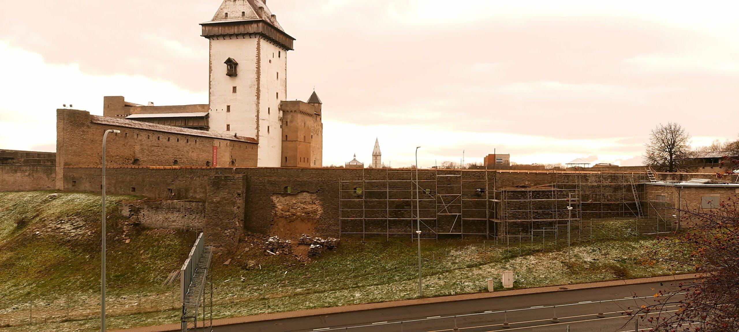 Narva linnuses käivad läänehoovi põhjamüüri konserveerimis- ja restaureerimistööd