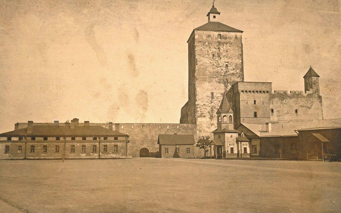 Западный двор Нарвского замка был построен в первой половине 14 века.